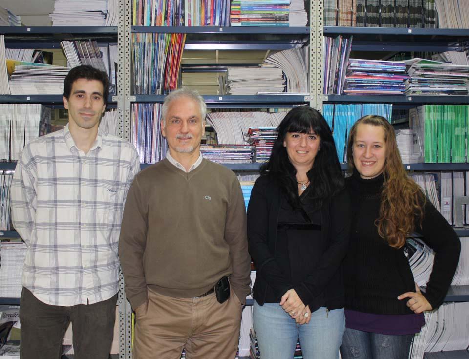 Los miembros de la Fundación Instituto Leloir (FIL) que participaron del estudio: Leonardo Sganga (izq.), el doctor Osvaldo Podhajcer, jefe del laboratorio de Terapia Molecular y Celular de la FIL e investigador del CONICET, Marcela Bolontrade y Luciana Gutierrez.