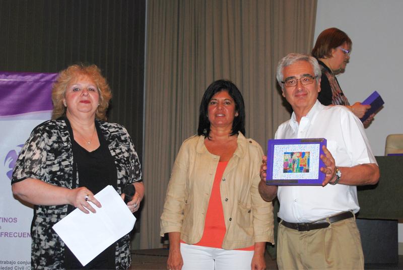 A través de su presidenta, la contadora Ana María Rodríguez (izq.), la Federación Argentina de Enfermedades Poco Frecuentes le dio al doctor Luis Ielpi un reconocimiento a la Fundación Instituto Leloir.