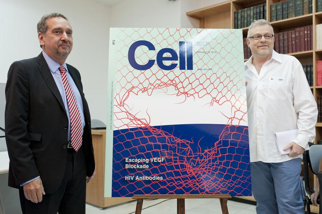 El Ministro de Ciencia, Tecnología e Innovación Productiva, Dr. Lino Barañao y el líder del equipo de investigación, Dr. Gabriel Rabinovich junto con la tapa del estudio.