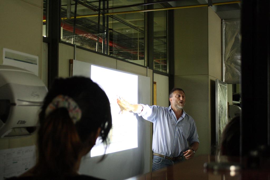 El Dr. Pablo Wappner hablando sobre la mosca Drosophila
