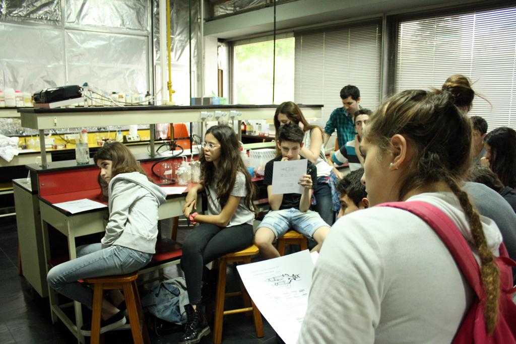 Los jóvenes atentos a la explicación de la Dra. Ana Fernández Álvarez