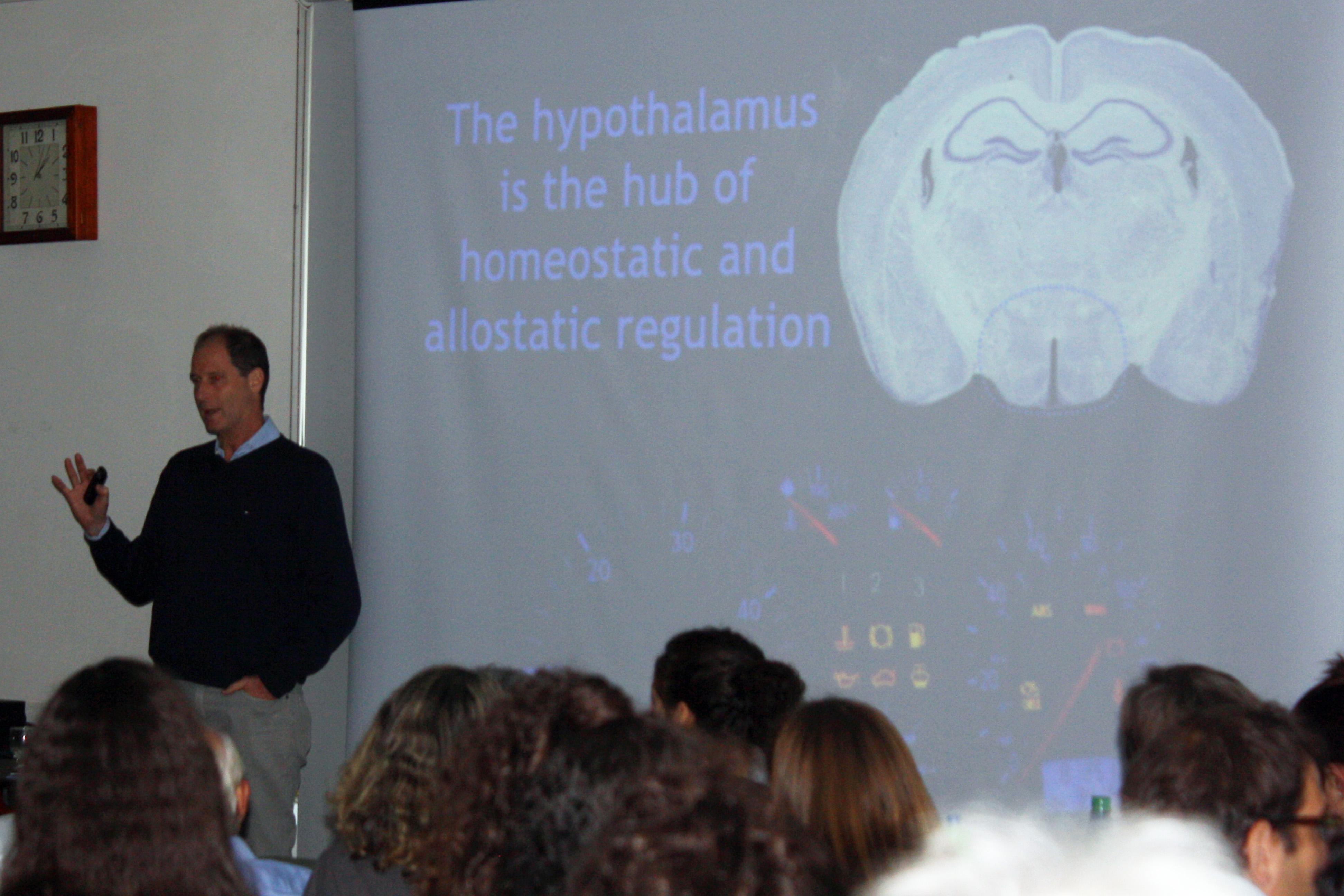 El invitado durante la presentación de su seminario.