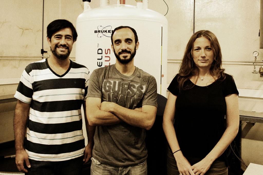 Los doctores Martín Aran, Clara Smal y Leonardo Pellizza, del laboratorio de Resonancia Magnética Nuclear Bioestructural del Instituto Leloir.