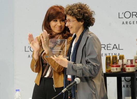 La presidenta de la Nación, Cristina Fernández de Kirchner, y la doctora Andrea Gamarnik, jefa del Laboratorio de Virología Molecular del Instituto Leloir.