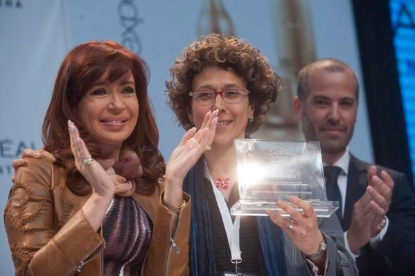 La presidenta de la Nación, Cristina Fernández de Kirchner,  la doctora Andrea Gamarnik, jefa del Laboratorio de Virología Molecular del Instituto Leloir, y el CEO de la multinacional L'Oréal para Argentina, Marcelo Zimet