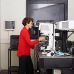 Andrea Gamarnik en el microscopio de 2 fotones