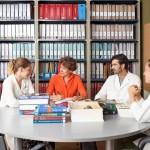 Andrea con su equipo trabajando en la biblioteca