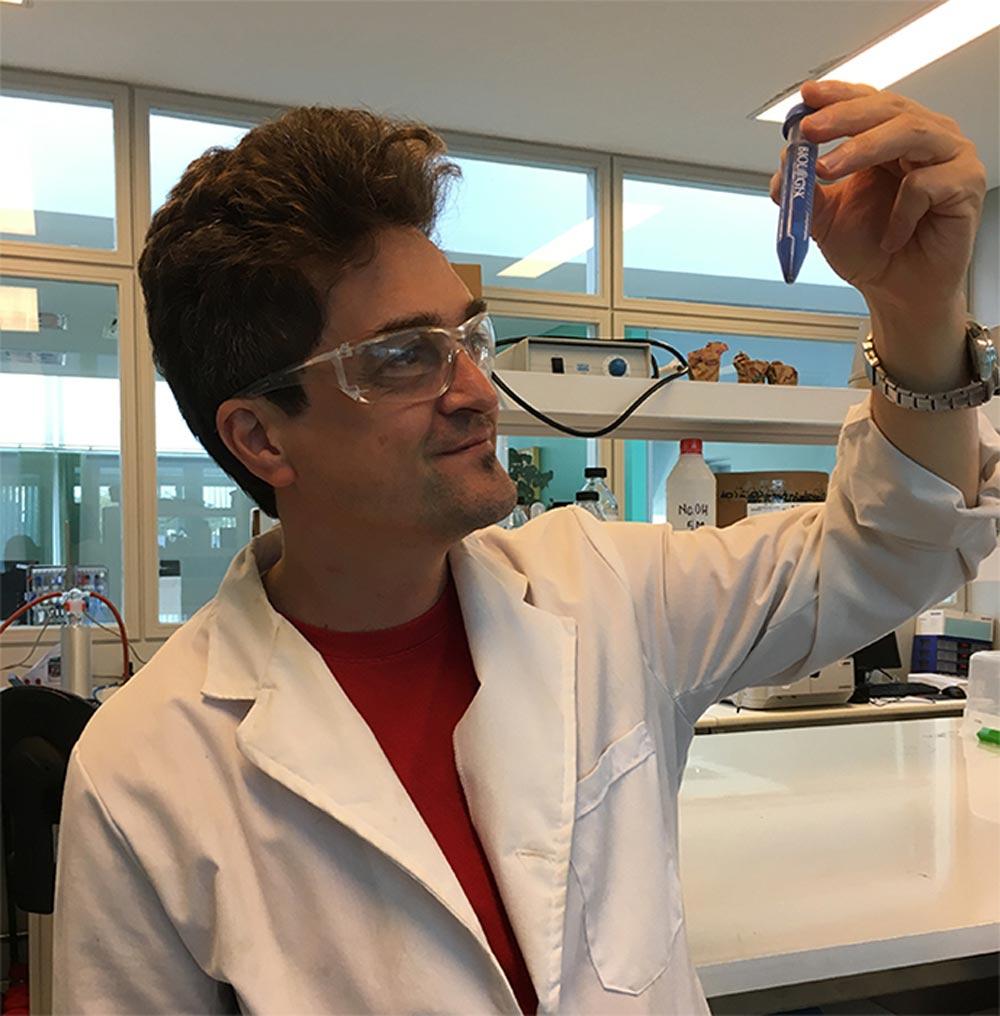 El doctor Galo Soler Illia, investigador principal del CONICET y decano del Instituto de Nanosistemas (INS) en la Universidad Nacional de San Martín (UNSAM), en el laboratorio de síntesis de químicas del INS.
