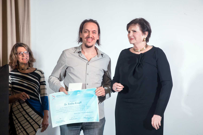 La Señora Josefina Hortensia Leloir entrega el Premio Fima Leloir 2017al doctor Emilio Kropff.