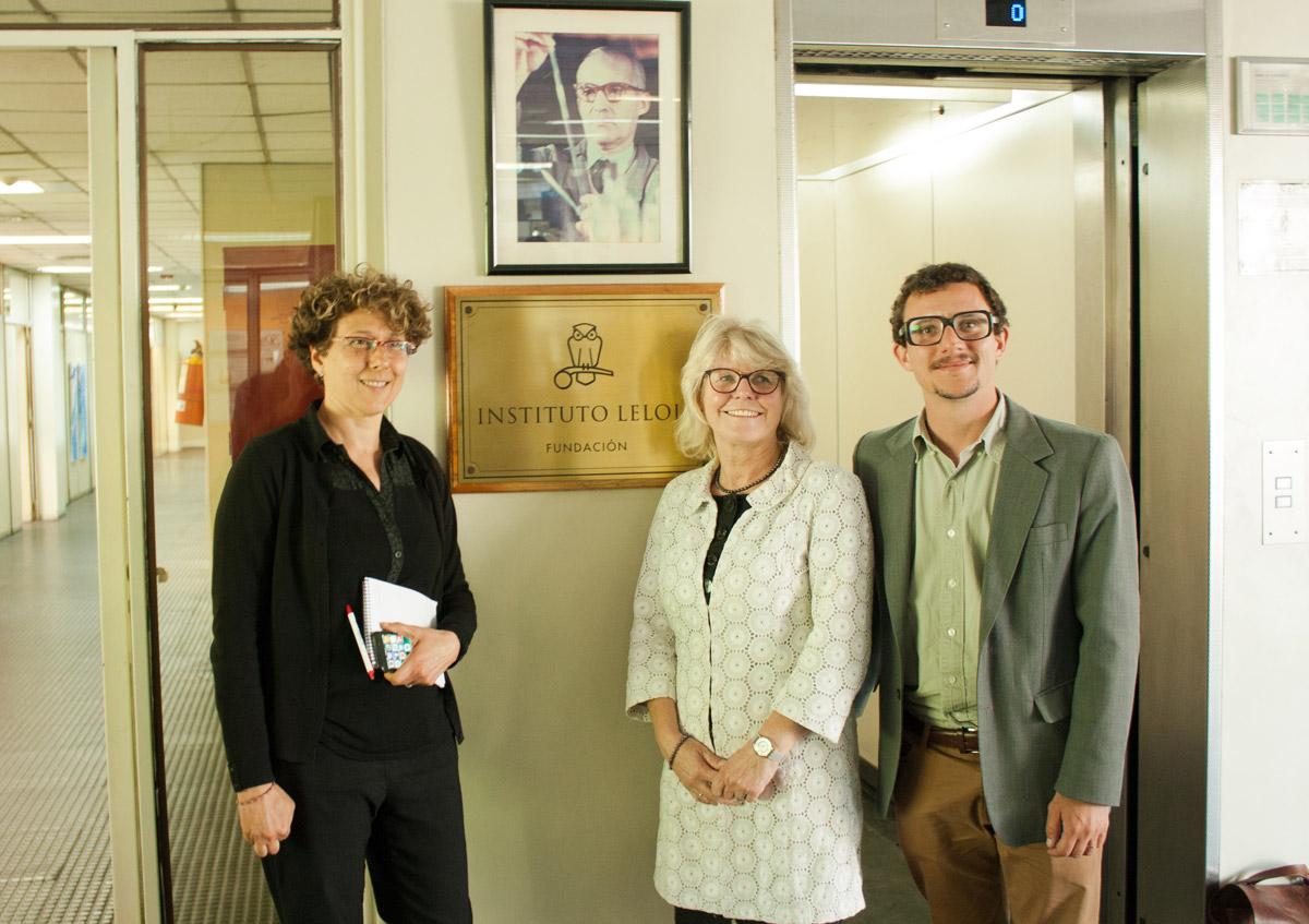 La doctora Andrea Gamarnik, presidenta del Instituto de Investigaciones Bioquímicas de Buenos Aires (CONICET-Instituto Leloir), Jane Garnett, consultora del Banco Mundial, y el licenciado Alejo Seillant, representante del Fondo Argentino Sectorial (FONARSEC).