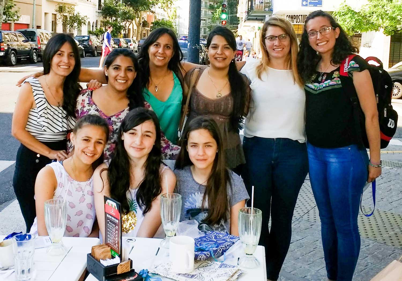 """Las autoras del cuento, """"las tres mosqueteras"""", recibiendo el premio del concurso literario """"Cientichicas de mi país"""" organizado por el grupo """"Amautas Huarmis""""."""