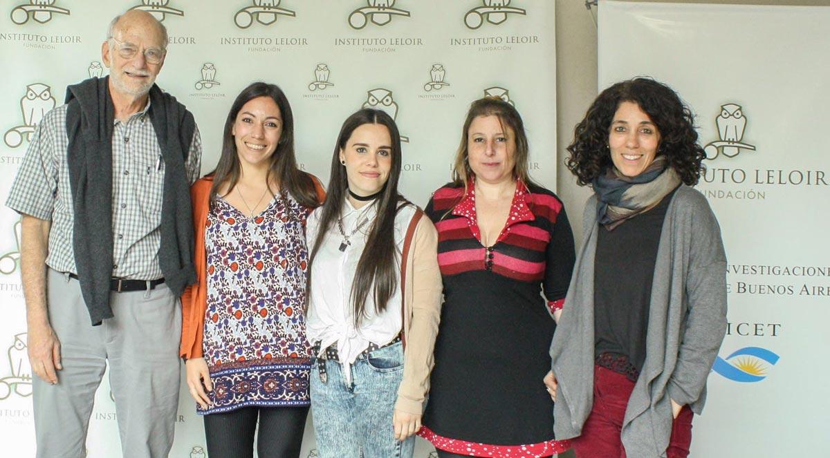 El premio Nobel de Fisiología o Medicina 2017, Dr. Michael Rosbash, con la Dra. Fernanda Ceriani y tres integrantes de su laboratorio, Lia Frenkel, Anastasia Herrero y Sofía Polcowñuk.