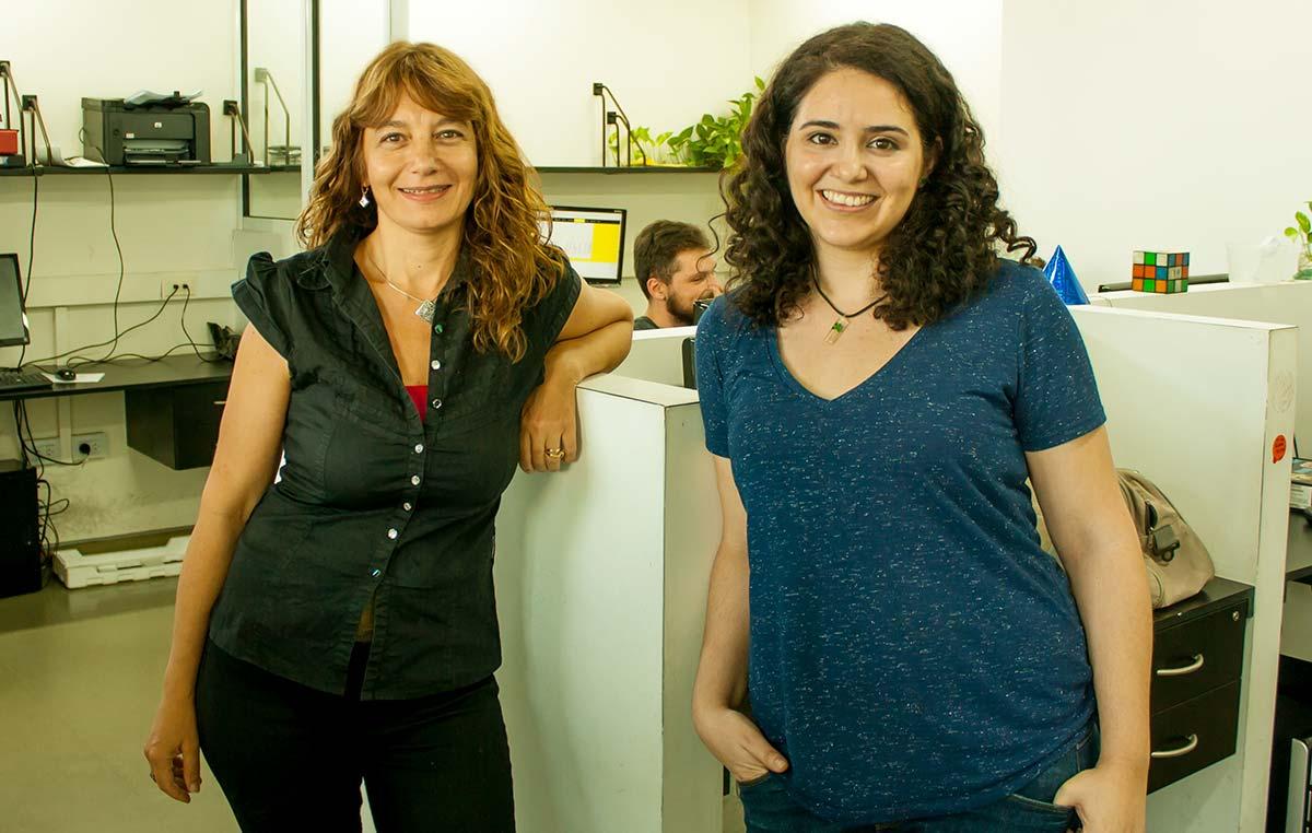 La doctora Cristina Marino-Buslje, jefa del Laboratorio de Bioinformática Estructural del Instituto Leloir, y una investigadora de su grupo, la doctora Elin Teppa