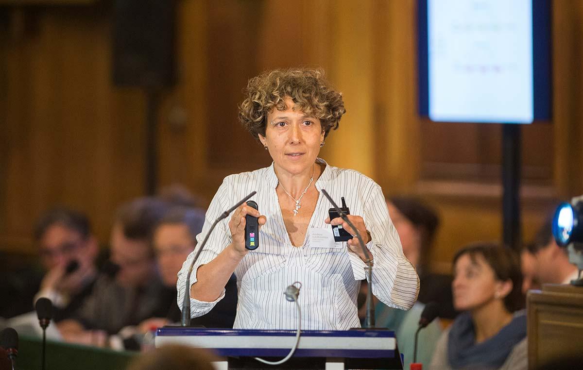 La Dra. Andrea Gamarnik, investigadora del CONICET y jefa del Laboratorio de Virología Molecularde la Fundación Instituto Leloir, dando una charla en Paris en la Academia de Ciencias de Francia.
