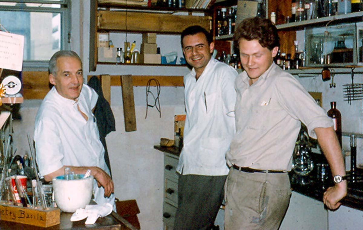 El Dr. Armando Parodi (der.) realizó su tesis de doctorado bajo la dirección del doctor Luis Federico Leloir (izq.), premio Nobel de Química de 1970. En la foto también figura el doctor José Mordoh, actual jefe del Laboratorio de Cancerología del Instituto Leloir.