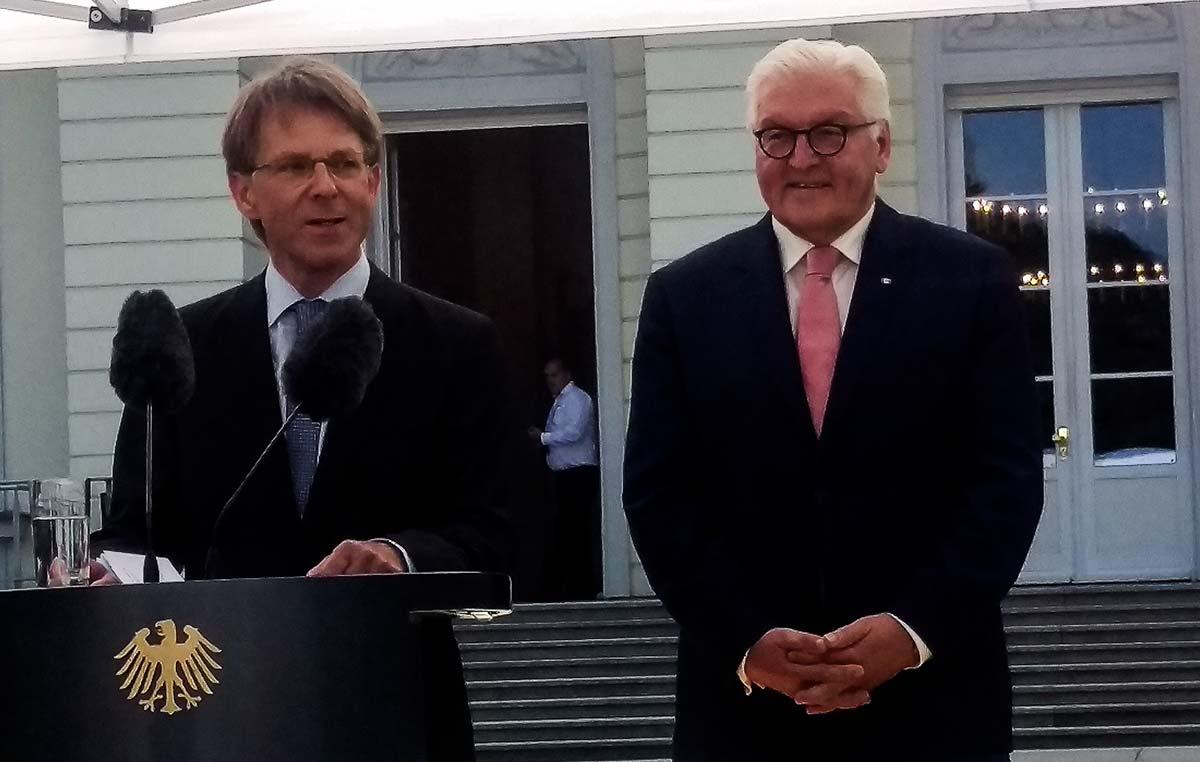 El presidente de la Fundación Alexander von Humboldt, el doctor Hans-Christian Pape (izq.), y el presidente de Alemania, Frank-Walter Steinmeier, le dieron la bienvenida a más de 600 investigadores de 82 países que colaboran en proyectos científicos con colegas de Alemania.
