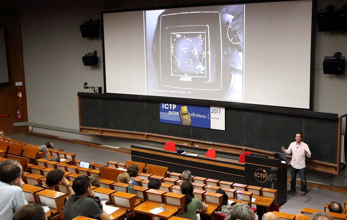 El doctor Emilio Kropff dio una charla sobre sus investigaciones en el auditorio del Centro Internacional de Física Teórica Abdus Salam.