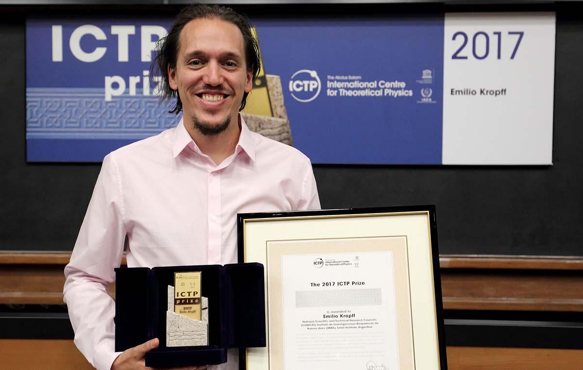 El Centro Internacional de Física Teórica Abdus Salam, con sede en Trieste, Italia, distinguió al doctor Emilio Kropff, investigador de la Fundación Instituto Leloir, por sus estudios sobre el GPS cerebral.