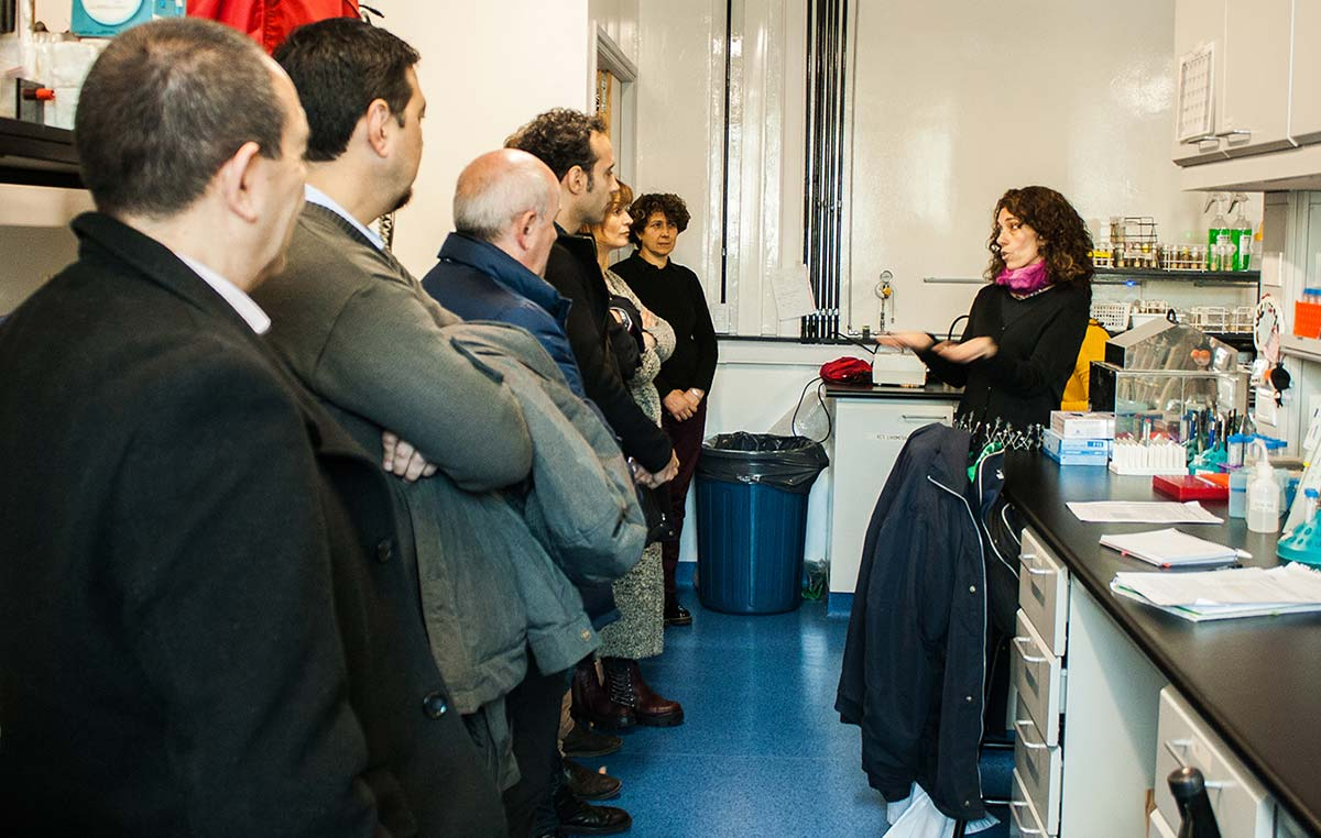 La doctora Fernanda Ceriani explicando el funcionamiento del nuevo laboratorio de moscas construido con aportes de la Fundación Williams y el CONICET.