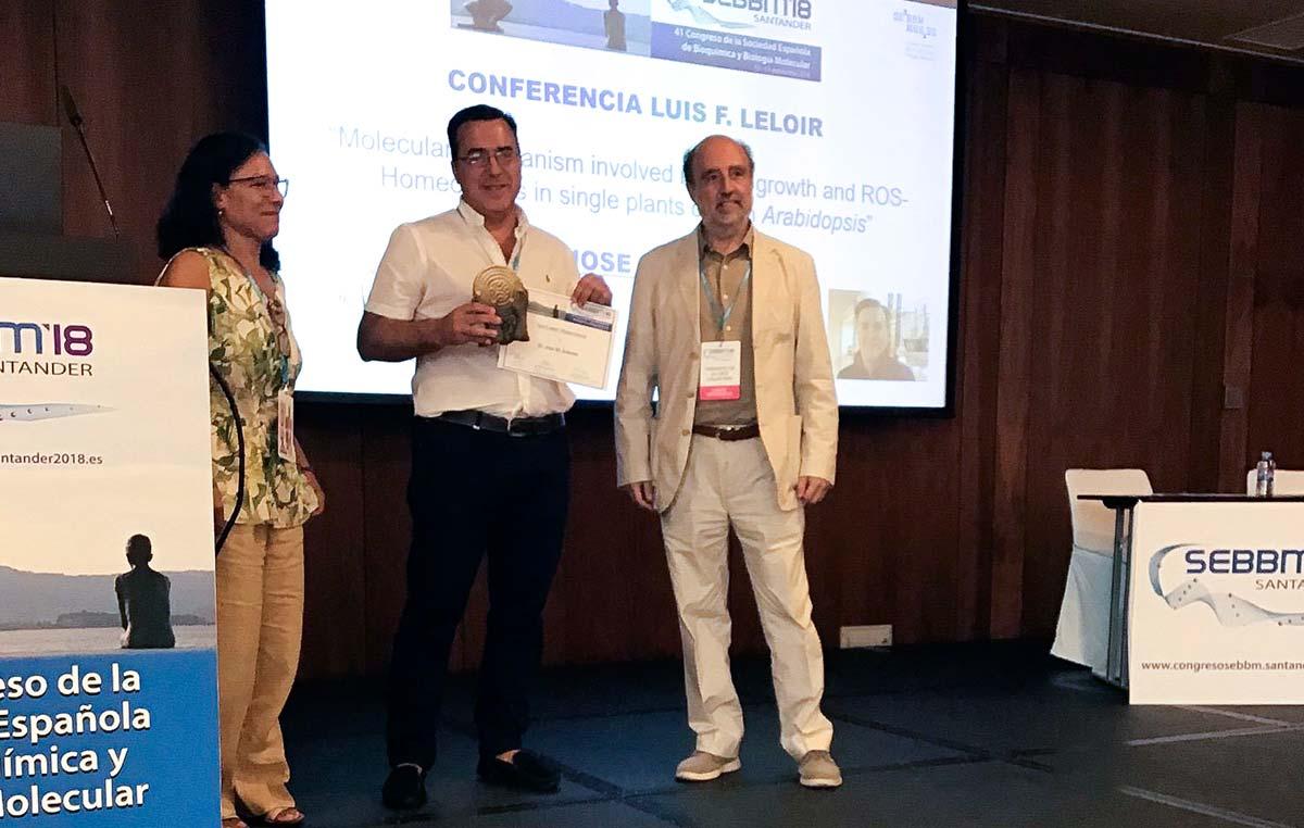 El doctor José Manuel Estévez recibiendo la distinción a la conferencia plenaria Luis F. Leloir.
