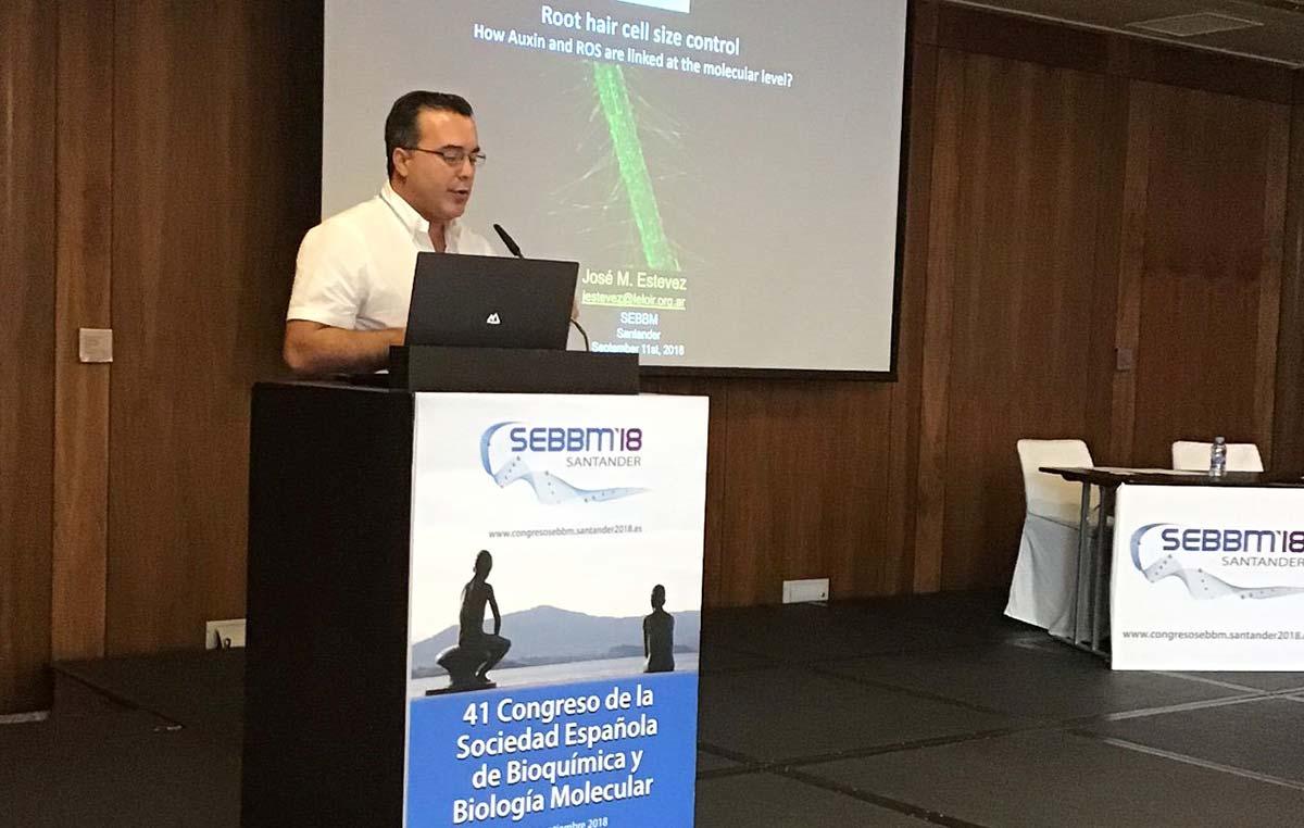 El doctor José Manuel Estévez dictando su conferencia en el 41 congreso de la Sociedad Española de Bioquímica y Biología Molecular. Fue como representante de la Sociedad Argentina de Investigación Bioquímica y Biología Molecular (SAIB) y de la Fundación Instituto Leloir.