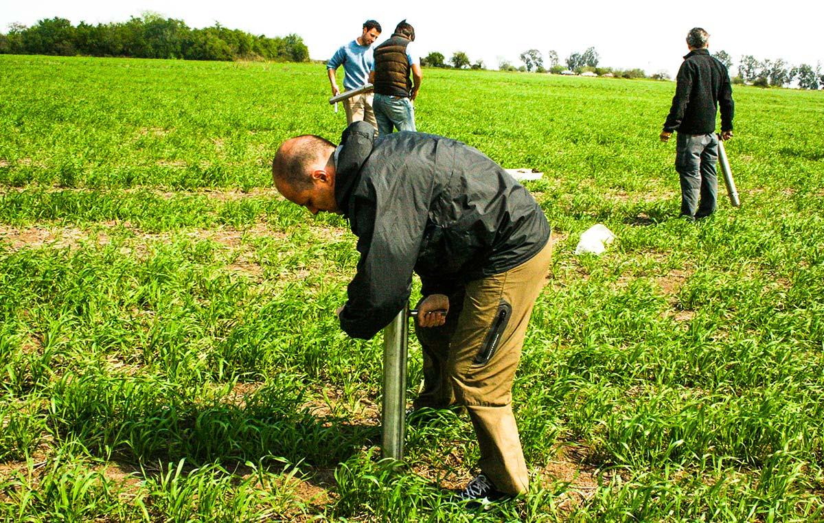 Los investigadores emplearon aparatos construidos especialmente para el proyecto que toman muestras del suelo de 0-10 cm en un cilindro de 10 cm de diámetro. Cada muestra se componía de 25 cilindros que se mezclaban en el lugar y se repartían luego entre los grupos para diferentes análisis.