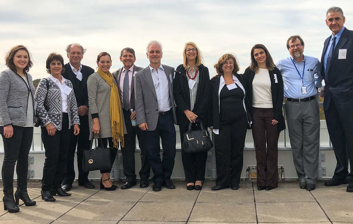 Los doctores Osvaldo Podhajcer y Andrea Llera, científicos del Instituto Leloir, con sus colegas de la Red Latinoamericana de Investigación en Cáncer (LACRN) tras una reunión de trabajo celebrada en Rockville, Estados Unidos.