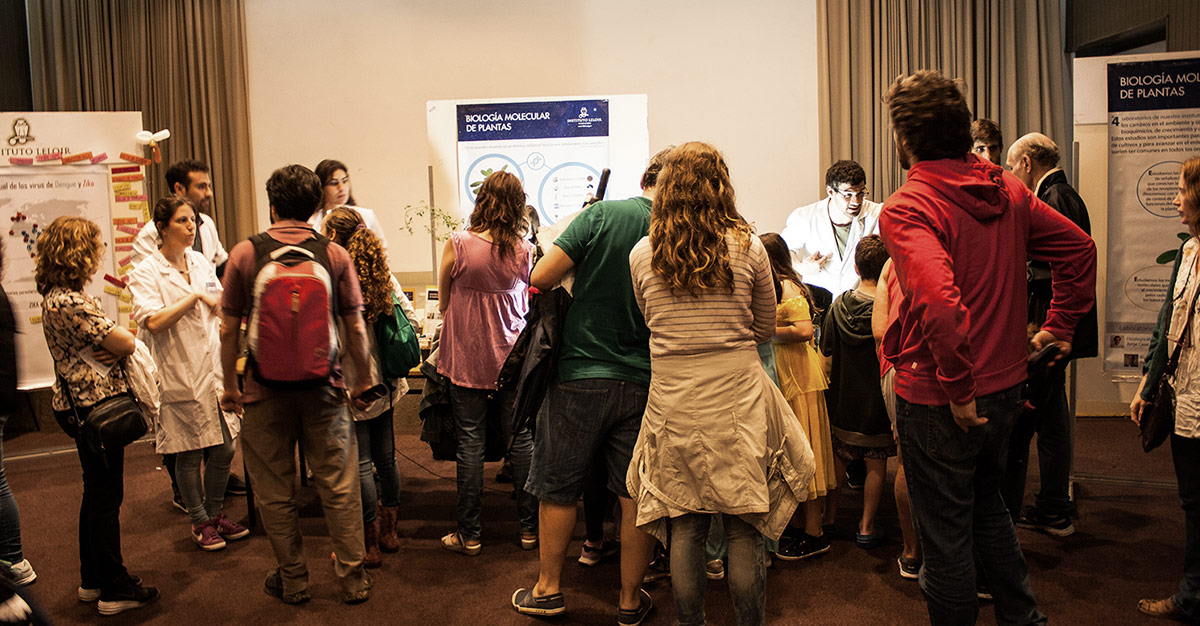 A pesar de las fuertes lluvias, mil personas se acercaron a conocer el trabajo que realizan los científicos de nuestra fundación.