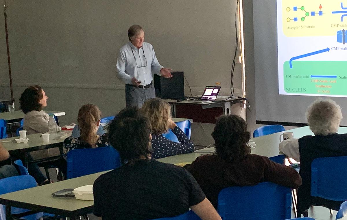 El doctor Donald Jarvis, secretario de la Sociedad de Glicobiología y jefe de laboratorio del Departamento de Biología Molecular de la Universidad de Wyoming, en Estados Unidos, dio una charla en la Fundación Instituto Leloir.