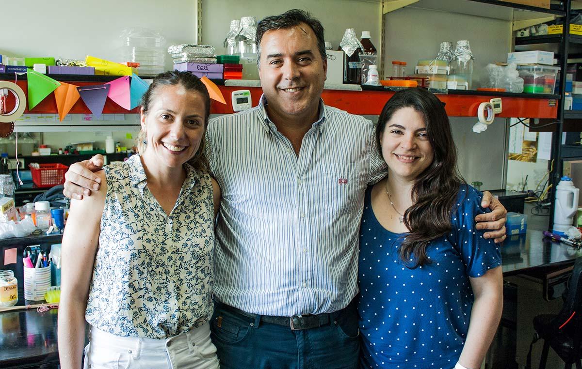 Los doctores José Manuel Estévez, Jefe del Laboratorio Bases Moleculares del Desarrollo Vegetal en la Fundación Instituto Leloir, y dos integrantes de su grupo, las doctoras Eliana Marzol (Izq.) y Cecilia Borassi.