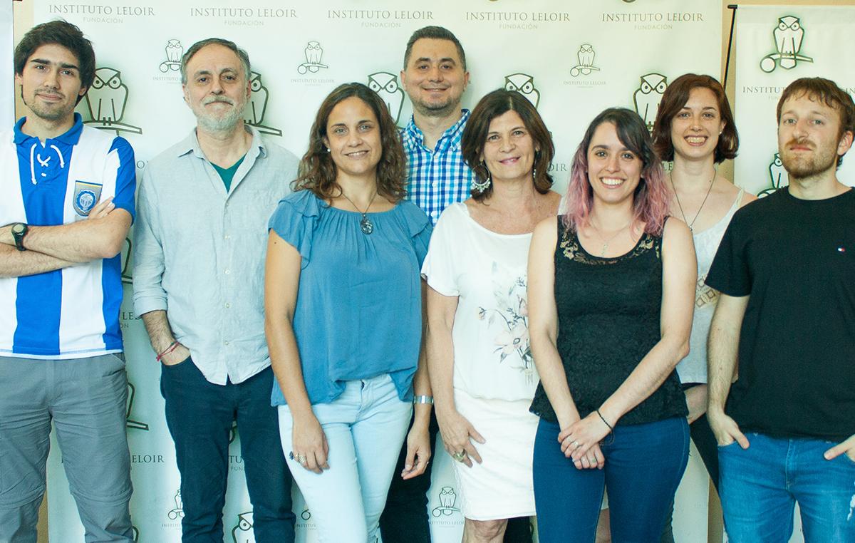 El doctor Eduardo Castaño, jefe del Laboratorio de Amiloidosis y Neurodegeneración de la Fundación Instituto Leloir, la doctora Laura Morelli e integrantes del grupo.