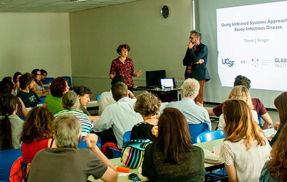 El doctor Nevan Krogan, director del Instituto de Biociencias Cuantitativas, de la Universidad de California, San Francisco (UCSF), en Estados Unidos, y la doctora Andrea Gamarnik.