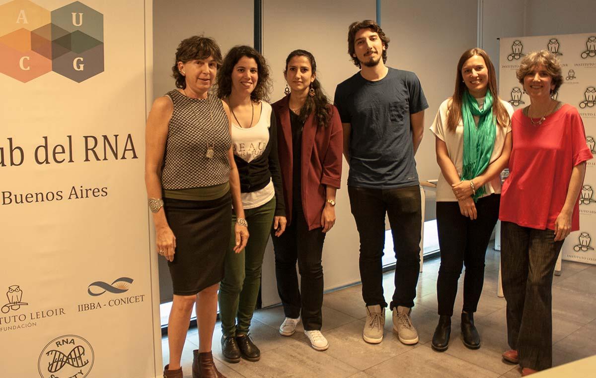 Graciela L. Boccaccio y Anabella Srebrow (en los extremos), coordinadoras del Club del RNA de Buenos Aires, junto a los oradores del encuentro (centro), Rita Vaz Drago, Camille Fonouni-Farde, Lucas Servi y Soledad Traubenik.