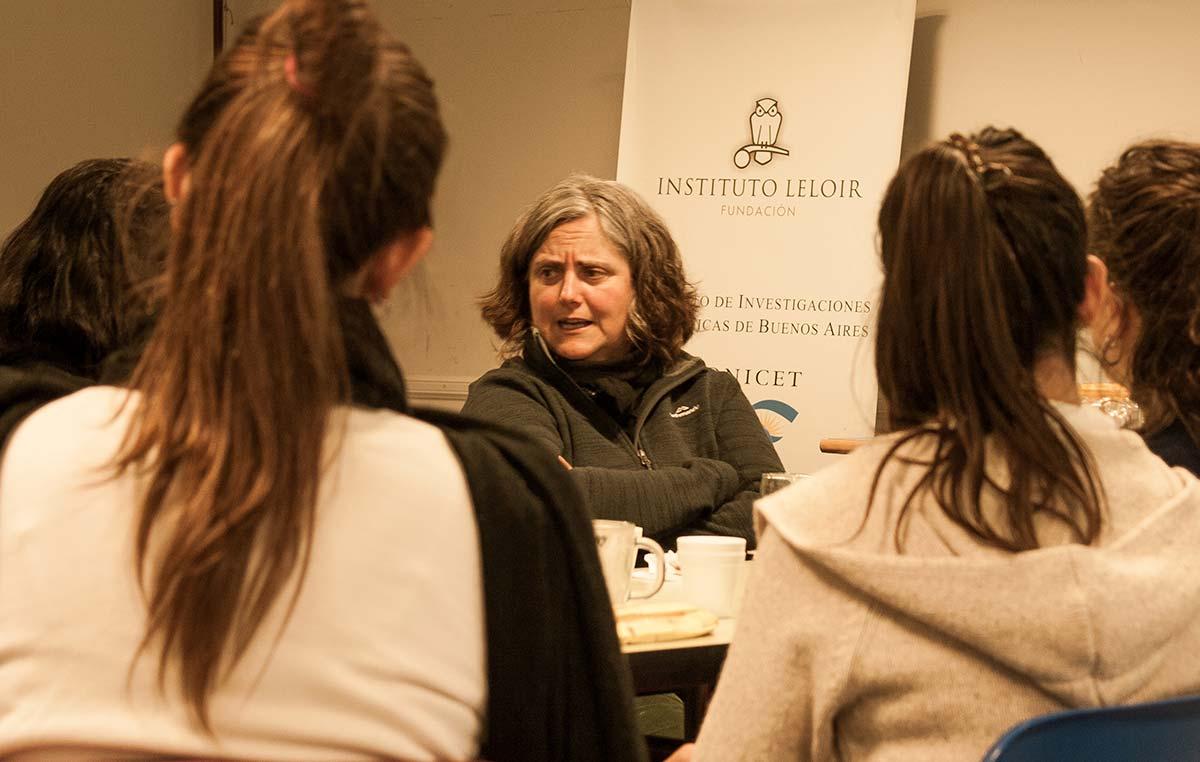 Carolina Vera con investigadores y becarios del Instituto Leloir.