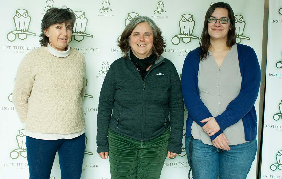 Carolina Vera (centro) con Graciela Boccaccio (izq.) y Gabriela Auge, integrantes del comité organizador de los Seminarios Cardini de la Fundación Instituto Leloir.