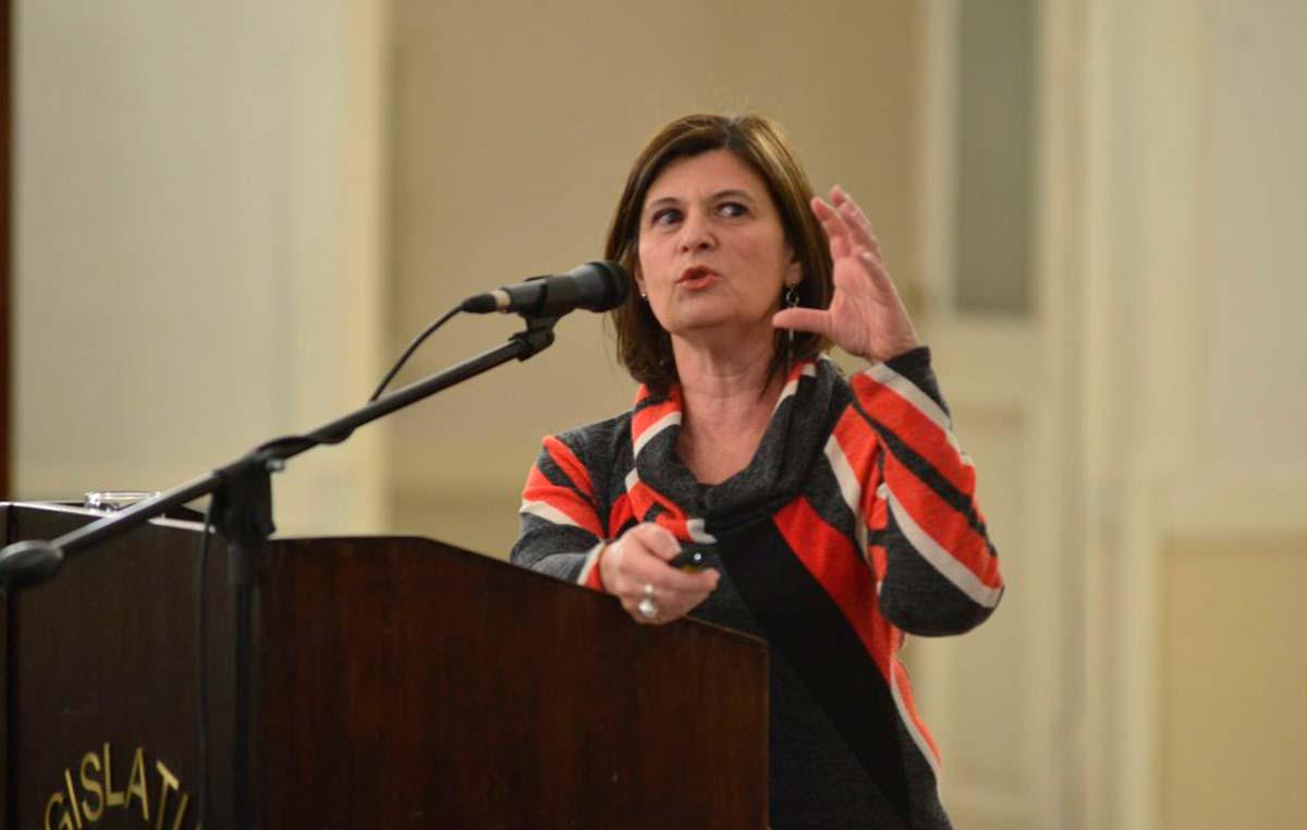 La doctora Laura Morelli dio una charla sobre la enfermedad de Alzheimer en el Salón de los Pasos Perdidos de la Legislatura de Mendoza.