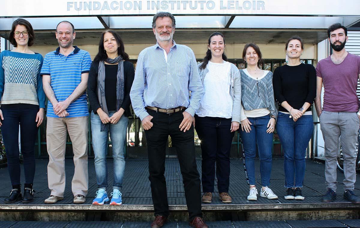 Fernando Goldbaum, jefe del Laboratorio de Inmunología y Microbiología Molecular en la Fundación Instituto Leloir, e integrantes de su grupo.