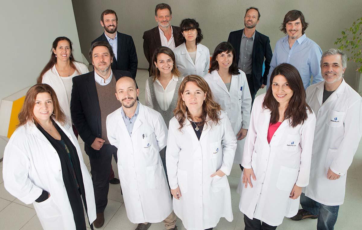 Fernando Goldbaum, director científico y uno de los fundadores de la empresa de biotecnología argentina Inmunova, e integrantes de su equipo.