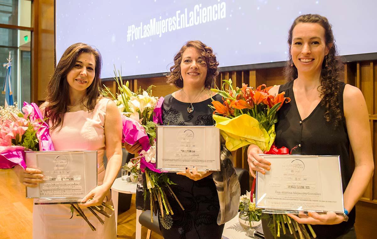 Vanesa Gottifredi (centro), María Fernanda Ledda (izq.) y Marina A. González Besteiro. Créditos: CONICET Fotografía.