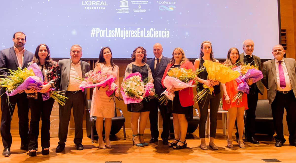 Las científicas del Instituto Leloir con investigadoras que también fueron reconocidas y autoridades de L'Oreal Argentina, del CONICET y de la Secretaria de Ciencia, Tecnología e Innovación Productiva. Créditos: CONICET Fotografía.
