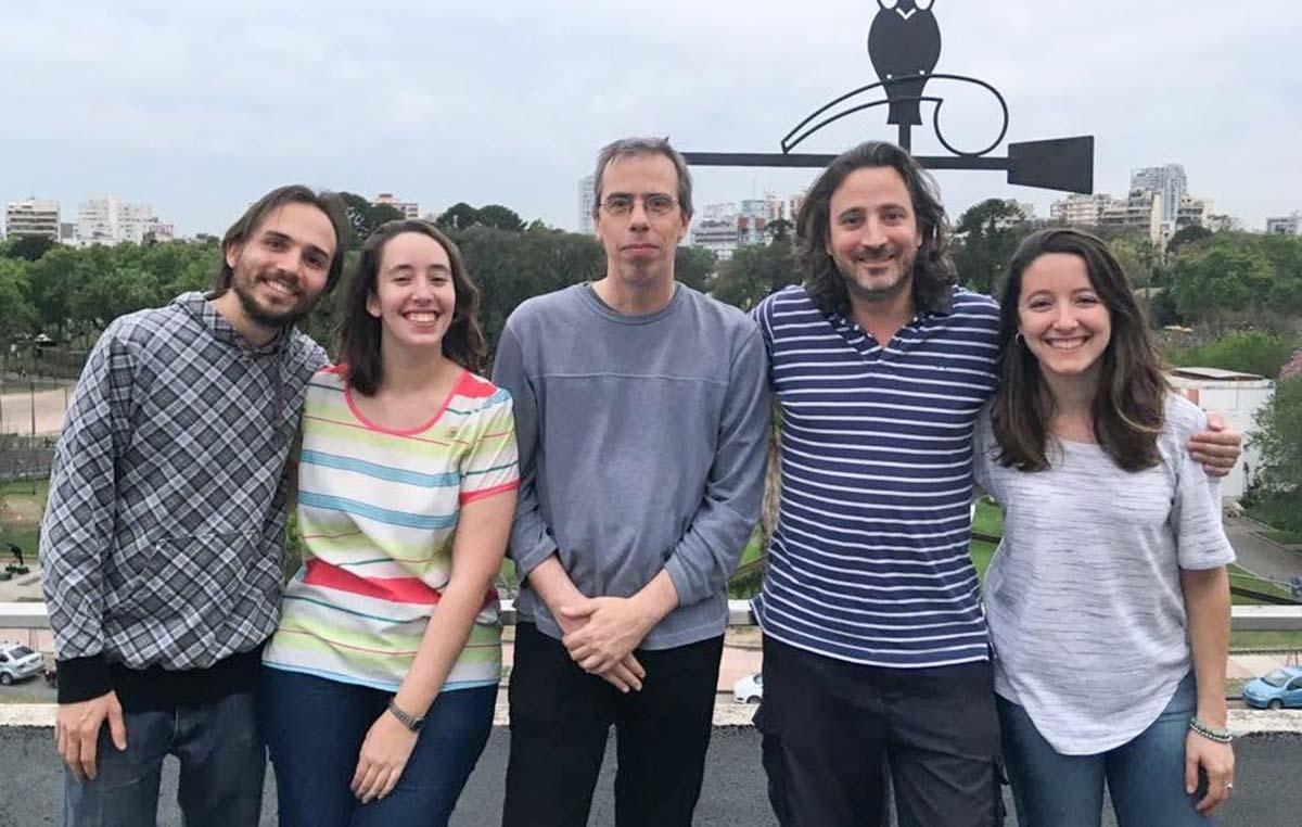 Guillermo Lanuza, jefe del Laboratorio de Genética del Desarrollo Neural del Instituto Leloir, e integrantes de su grupo.