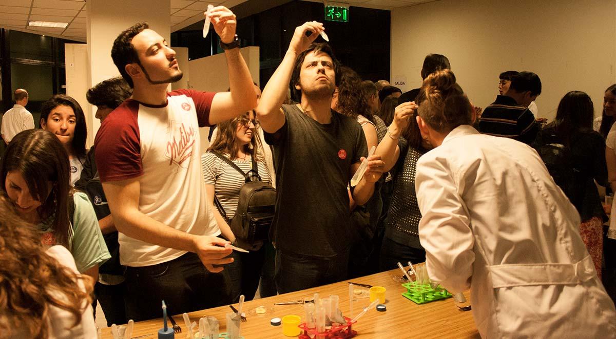 Cada persona que visitó el Instituto Leloir pudo hacer su propio experimento como si estuviese en un laboratorio.
