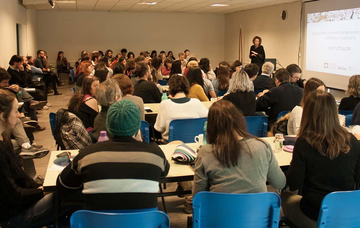 Vanesa Vázquez Laba, investigadora del CONICET y responsable de la Dirección de Género y Diversidad Sexual de la Secretaría Académica de la UNSAM, dictando el seminario en el Instituto Leloir.