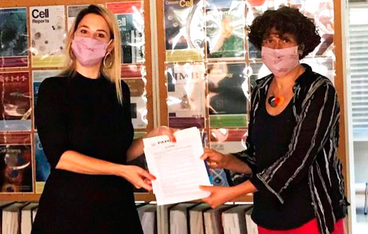 Yanina Miragaya (izq.), coordinadora de Epidemiología y Riesgo Sociosanitario del Instituto Nacional de Servicios Sociales para Jubilados y Pensionados (INSSJP-PAMI), y Andrea Gamarnik, investigadora del Instituto Leloir y líder del desarrollo de COVIDAR IgG e IgM, los test serológicos argentinos para COVID-19.