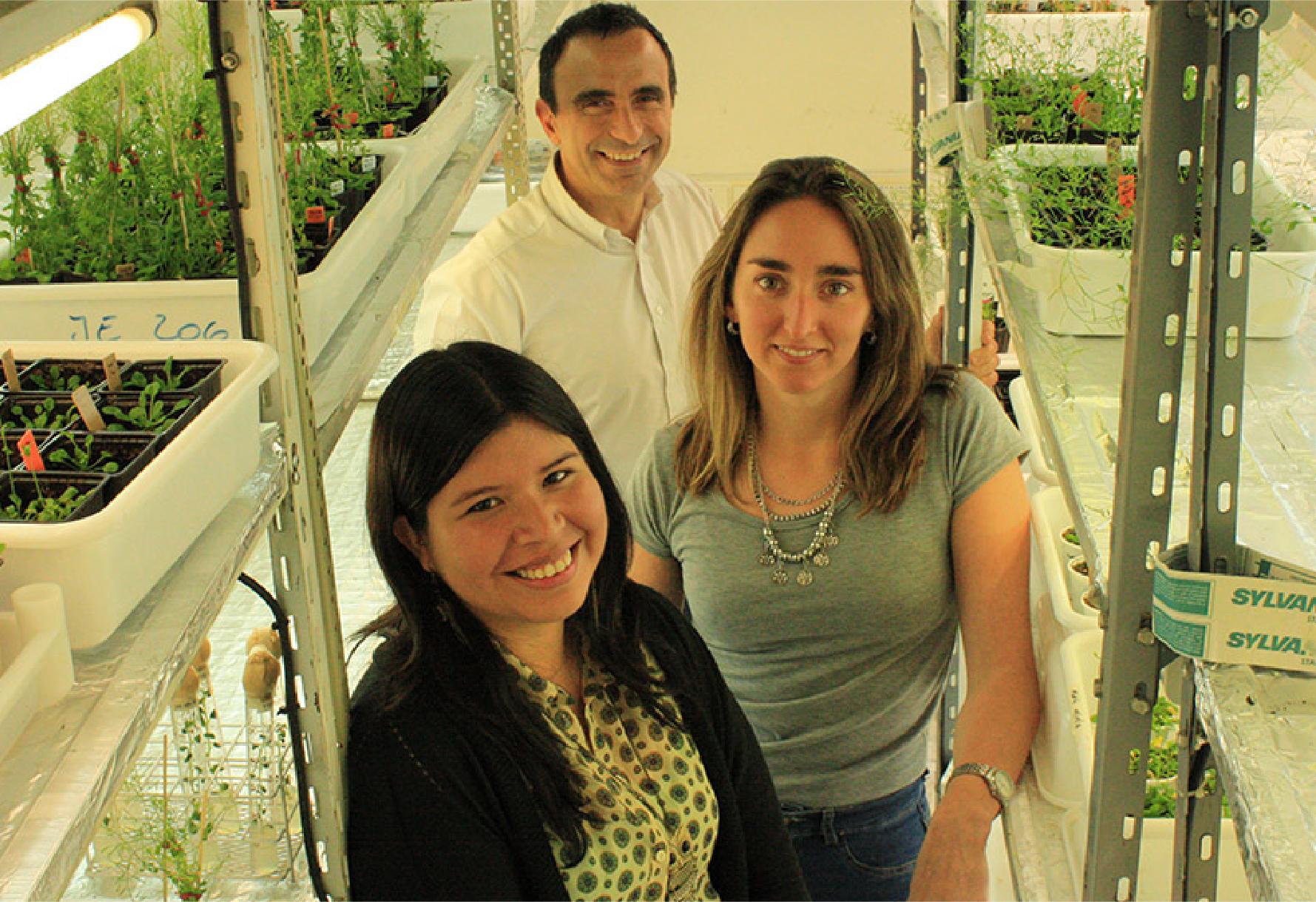 Jorge Casal, codirector del estudio, y Martina Legris y Cecilia Costigliolo-Rojas, primeras autoras del trabajo. Foto de archivo antes de la pandemia.