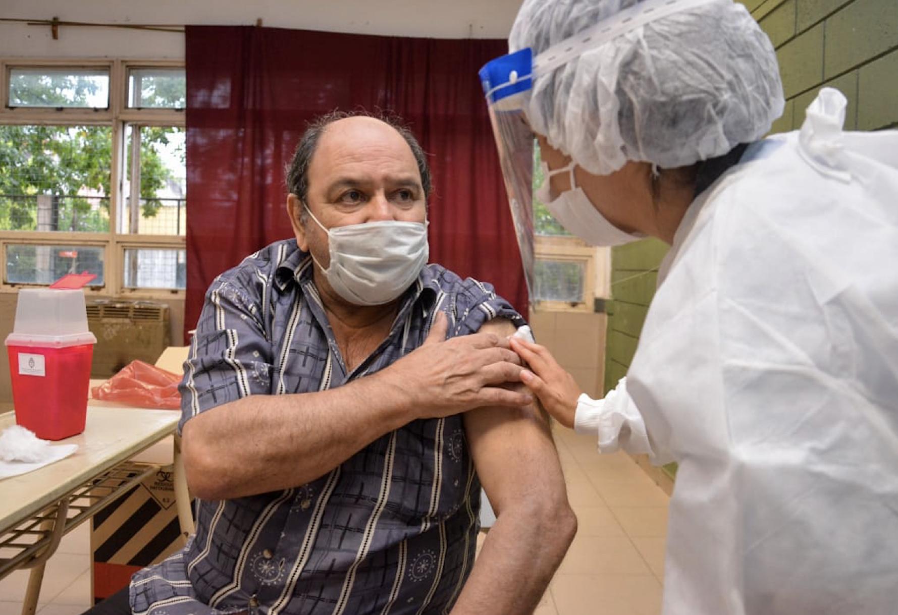 En el estudio longitudinal se emplearon los kits COVIDAR, desarrollados en el Instituto Leloir y producidos por el laboratorio Lemos, para cuantificar la cantidad de anticuerpos antes y después de la aplicación de las vacunas.